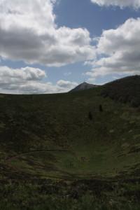 Kráter Puy de Pariou a za ní Puy de Dome
