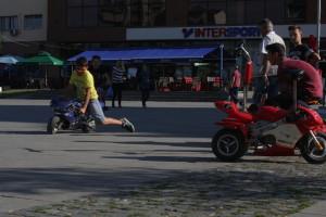 Hlavní náměstí v Tetovu - ohromná půjčovna všech možných vozítek