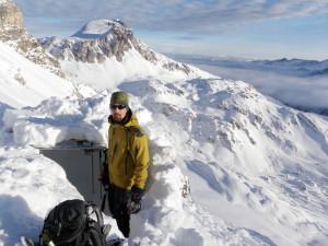 Zkouška stavby nouzového bivaku z lyží
