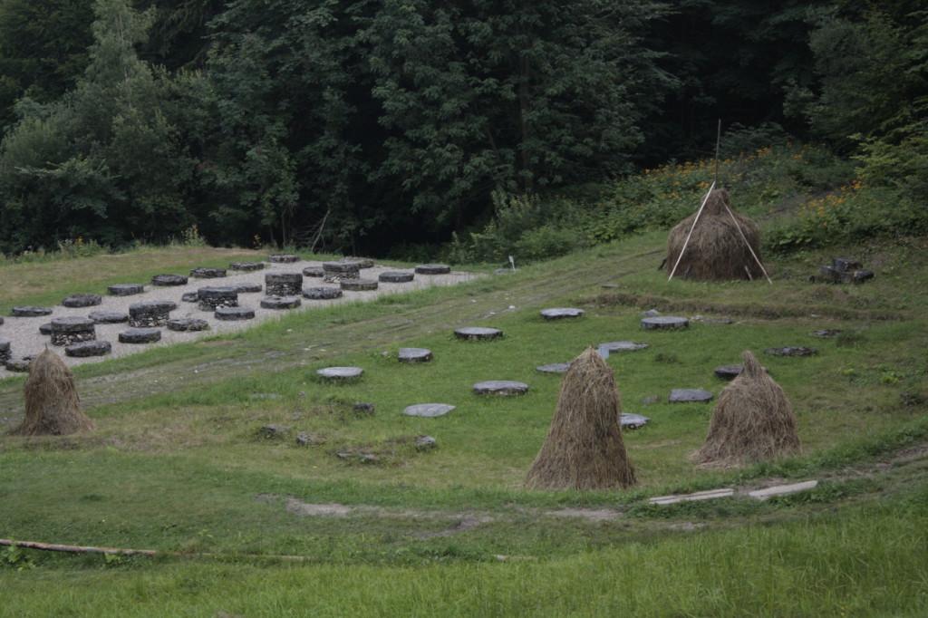 Základy chrámu, všude kolem se suší seno
