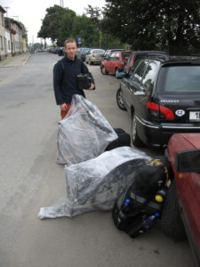 Česká Třebová.Vykládáme z auta naše kokony a trmácíme se s nima směrem k perónu. První nakládka nebyla úplně ideální, věcí je hodně a jsme s nimi dost nemotorní.