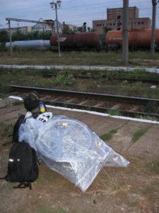 Za svítání vykládáme bagáž na nádraží Simeria