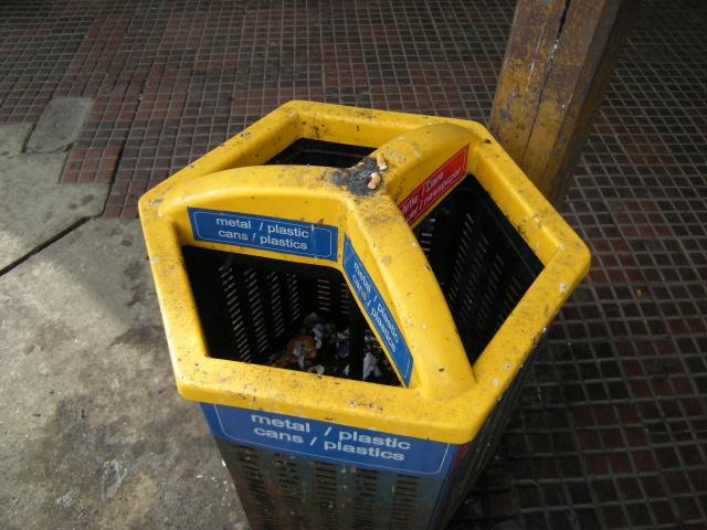 Rumunská vychytávka na třídení odpadu: Plasty a kovy vhazujete vlevo, papír vpravo. Vnitřek koše je společný.