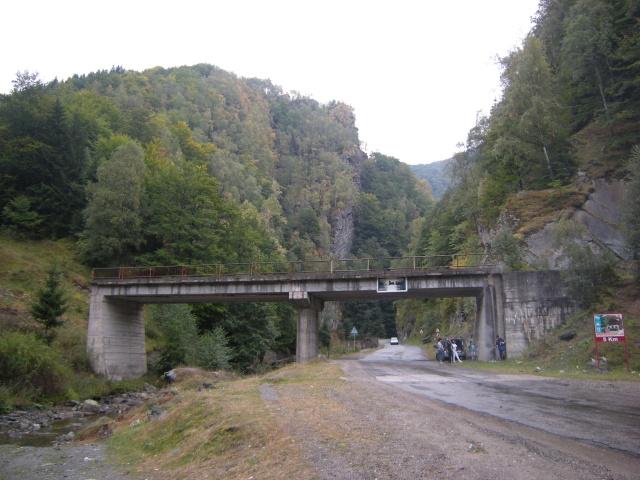 Další místní specialitka: most od nikud nikam. A pod ním rodinka na pikniku. To je idylka.