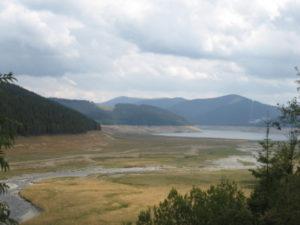 Pohled přes upuštěnou nádrž Lacul Vidra.
