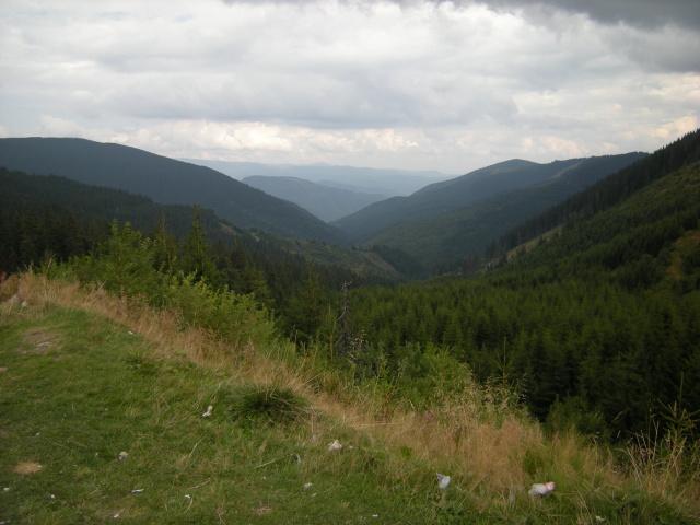 A tohle je pohled ze sedla. Tím údolím budeme sjíždět dalších 60 km.