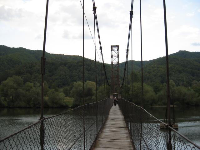 Potřebujeme se dostat přes řeku Olt. Most po kterém jdeme je jak z Indiana Jonese. Celou dobu se vtipně houpe a naklání, hlavně, když nás míjí skupina rybářů.