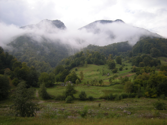 Jen zbytky mraků se válejí na okolních kopcích