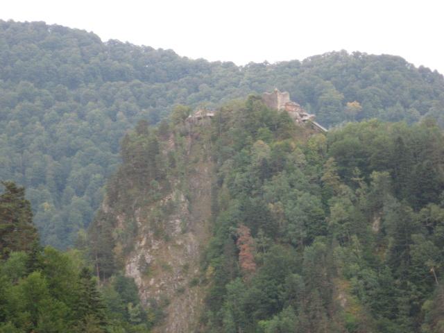Míjíme hrad Vlada Tepese - Drákuly. Bohužel nebylo kam schovat kola, takže nejdeme nahorů. Hrad býval mohutný, před několika stoletími se ale pod velkou částí utrhla skála.