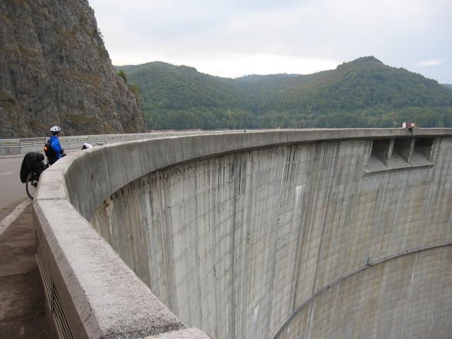 Za tunelem stojí monstrózní přehrada Lacul Vidraru.