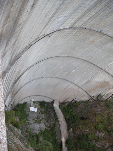 Pohled z hráze dolů. Ideální pro sebevrahy.