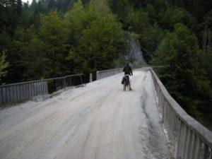 Most s bezpečnostním zábradlím.