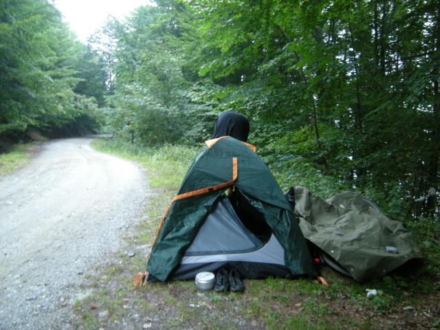 Noc trávíme na kraji cesty vedle Lacul Vidraru.