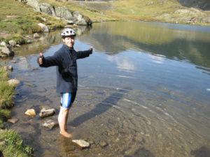 Jezero Balea Lac. Původně měla být koupačka,ale nakonec to skončilo u noh.