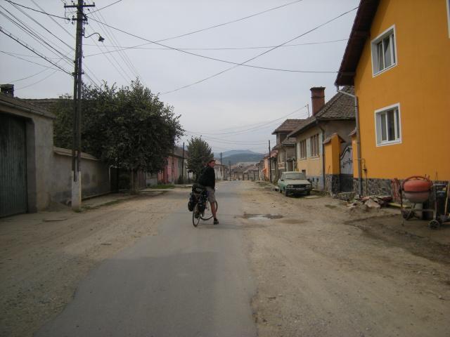 Cesta venkovem - zaprášená dacia a mizící cesta