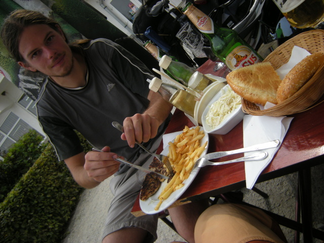 První gastro zážitek se odehrává v Talmaciu. Kus spáleného masa je bez chuti, napravuje to výborný salát,pečivo a především pivo