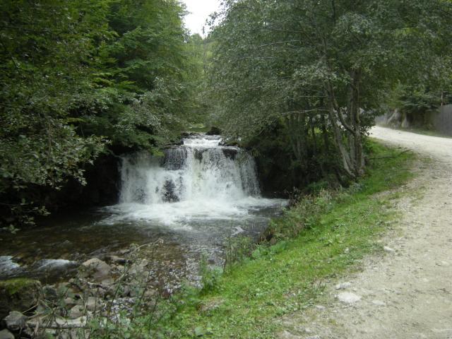 Cestu lemuje série vodopádů.