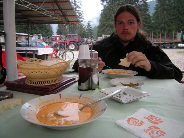 Druhý gastro zážitek. Do Obirsie dojíždíme promrzlí a tak si hned dáváme čuorba de burta, což je místní obdoba držtkové polévky. Vynikající a hlavně teplá!
