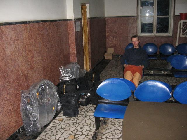 A vyrazili z Petrosani do Simerie, kde se čekalo do půlnoci v čekárně